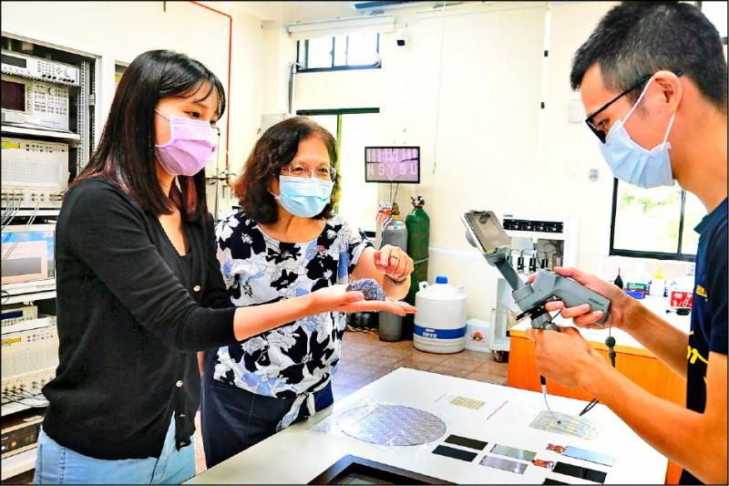 中山大學推出「女性科學家線上參訪實驗室」活動,副校長蔡秀芬(中)透過線上直播,為女高中生們講解科學知識,鼓勵她們邁向科學研究路。(中山大學提供)
