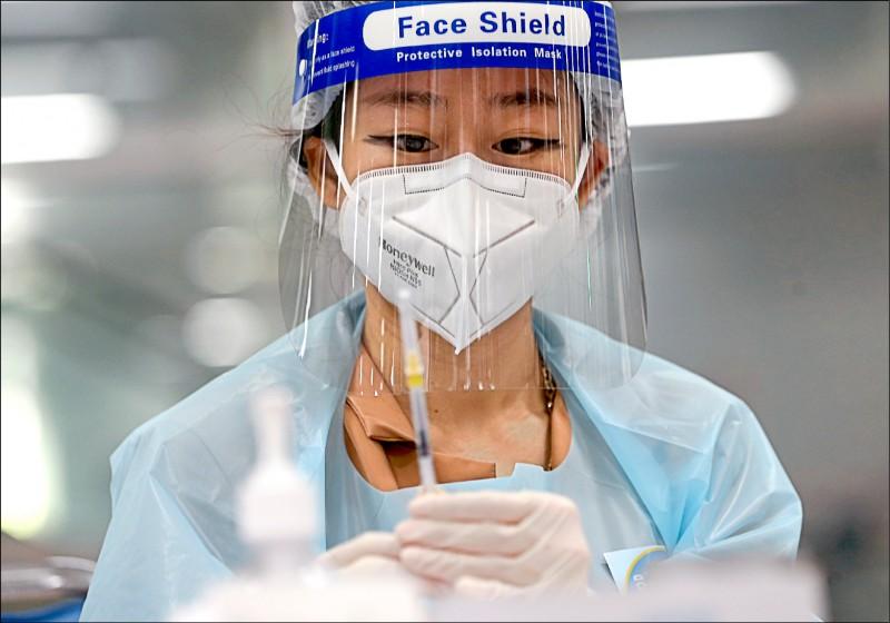 泰國將進行疫苗混打,第一劑接種AZ疫苗的民眾,第二劑改為接種輝瑞疫苗,希望人體儘快產生免疫力。圖為曼谷一名護理師13日準備為民眾接種AZ疫苗。(歐新社)