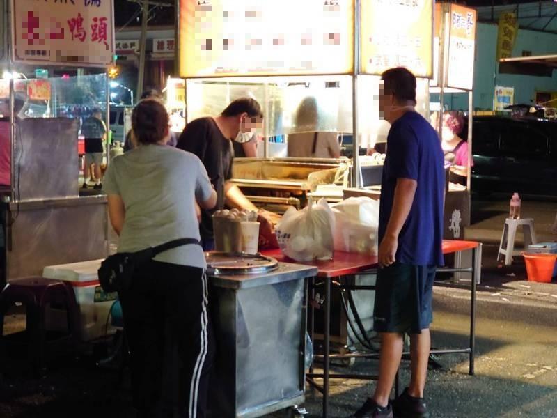 攤商未戴面罩、熟食煎台未確實隔離。(記者王捷攝)