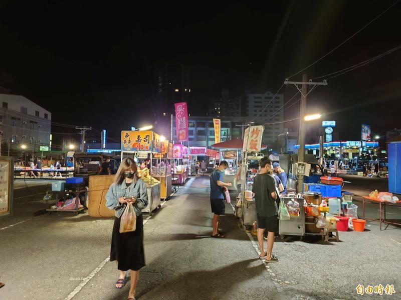 夜市到了晚間10時許,幾乎空蕩蕩,有攤商見生意不好已經收攤。(記者王捷攝)