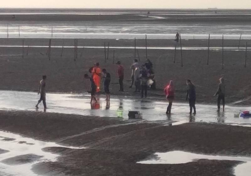岸巡隊人員前往許厝寮沙洲救援受困民眾。(第四岸巡隊提供)
