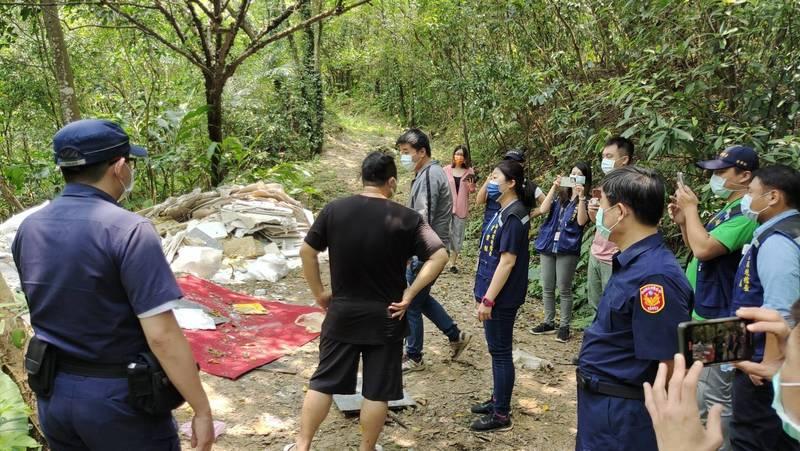 環保局會同警方查獲汐止山區非法傾倒廢棄物。(環保局提供)