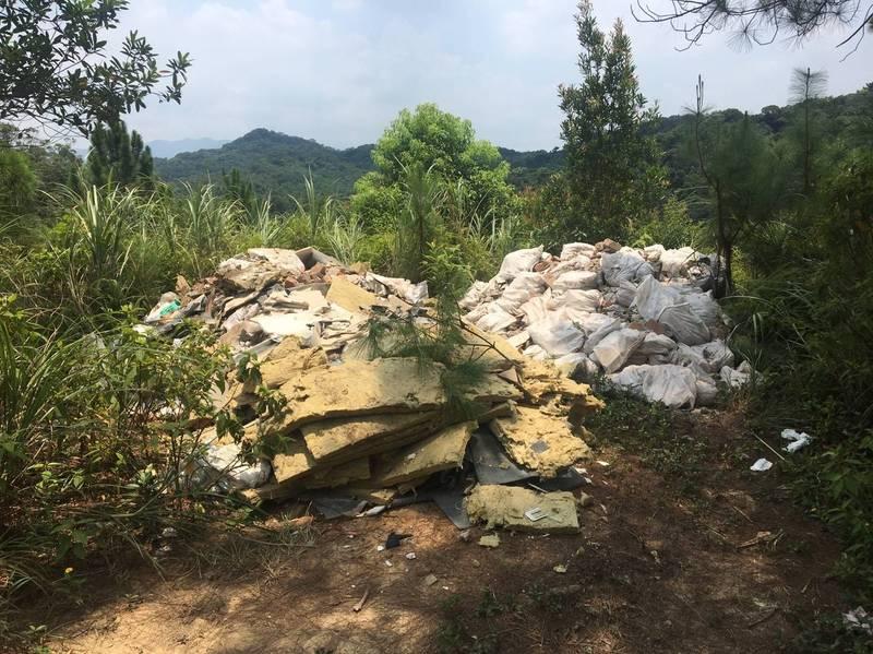 環保局獲報汐止山區遭傾倒廢棄物。(環保局提供)