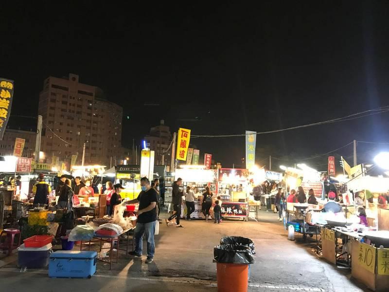 彰化縣最大場的夜市,在彰化市精誠路上,當地人稱為「狗屎」夜市。(縣府提供)