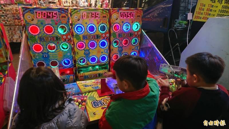 許多小朋友期盼能夠重回夜市玩遊戲。(資料照)