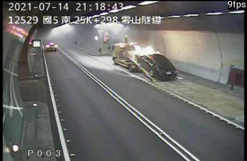 雪隧火燒車。(圖取自高速公路app)