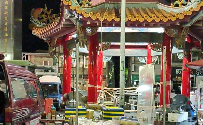 保安宮夜市有攤商逕自營業,市政府經發局查獲。(民眾提供)