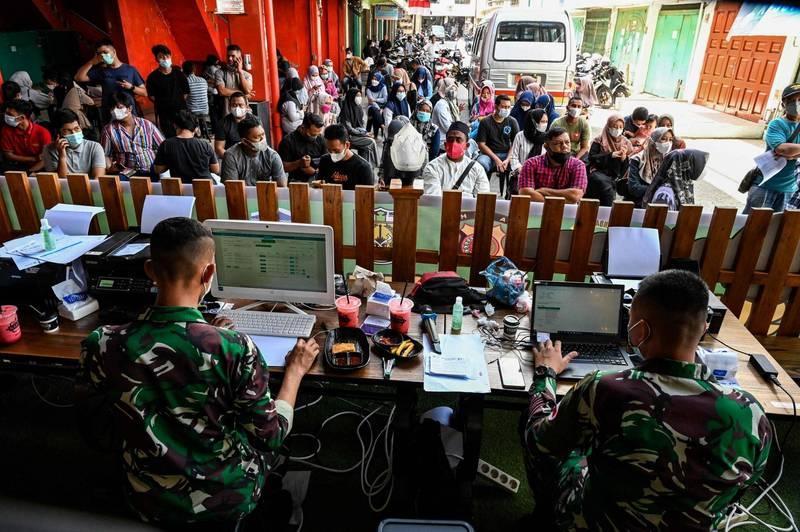 印尼的單日確診2天前才破4萬例,今天即高達5萬4517例。印尼流行病學專家布迪曼指出,超高的陽性率代表疫情已失控,到處都是感染者。(法新社)