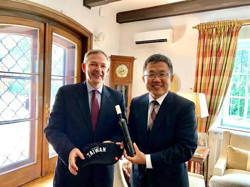 美國駐匈牙利大使狄拉德(Marc Dillard)13日邀請我駐匈牙利代表劉世忠到官邸午宴。(圖擷取自駐匈牙利代表處)