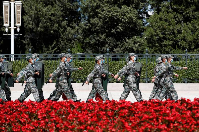 美國學者分析認為,共軍攻台下場幾乎可以肯定會失敗。圖為北京人民大會堂前的解放軍士兵。(路透)