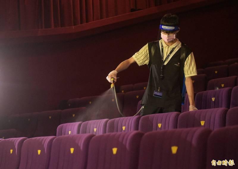電影院昨日(13)起微解封,工作人員加強清消。示意圖。(資料照)