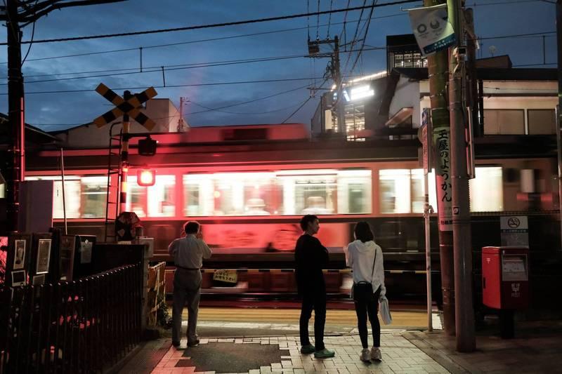 日本東京都日前發生一起電車撞死31歲女性的意外,警方研判死者事發時可能在滑手機,沒注意自己其實是站在平交道內,而旁人可能也都在滑手機,以致於無人出聲喊叫。(彭博)