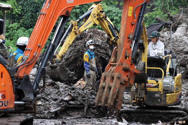 熱海市災害現場已有重型機具進駐,但礙於地形限制,有不少區域的土石清除仍有難度。(歐新社)