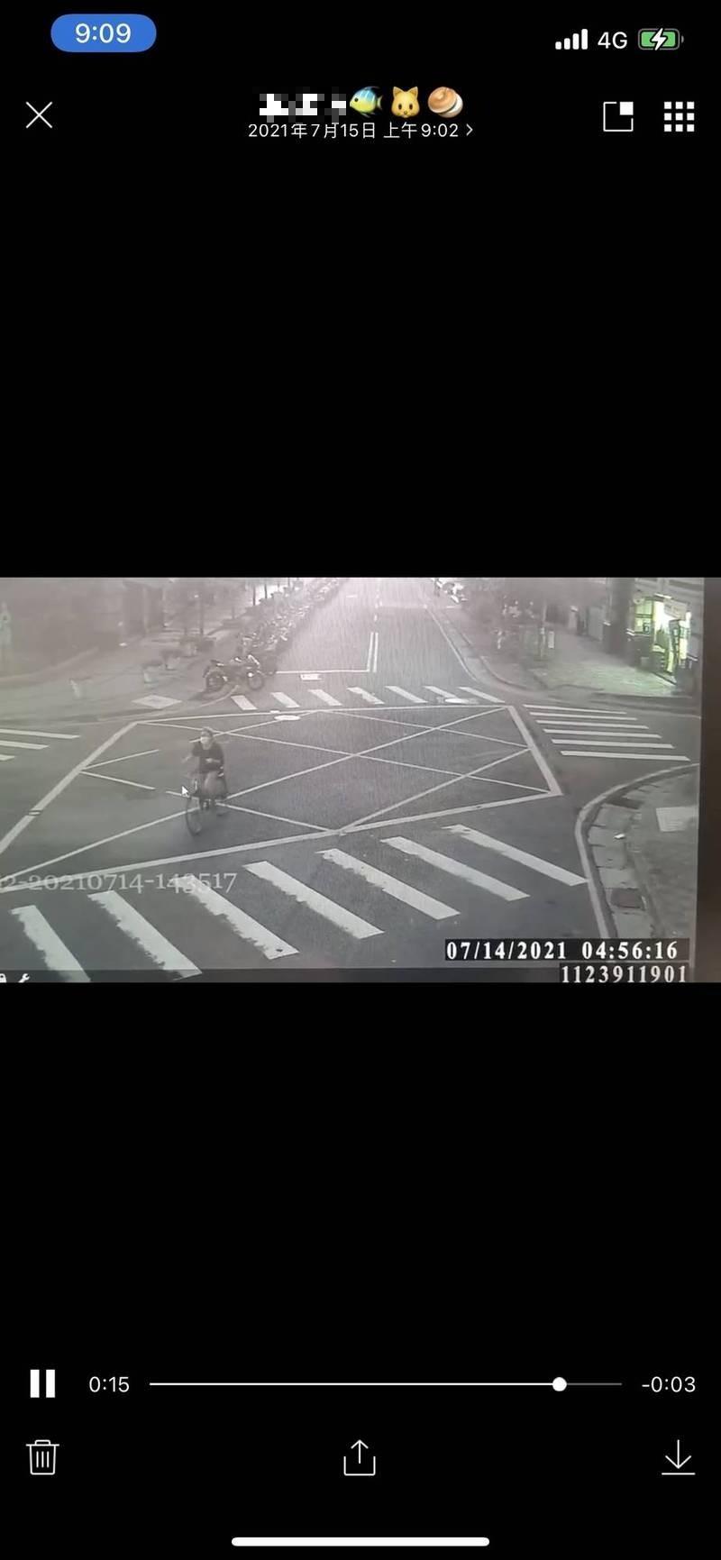 新北市吳姓搶匪從三重騎腳踏車到林口持刀強盜超商,得手後從容騎腳踏車離去。(記者吳仁捷翻攝)