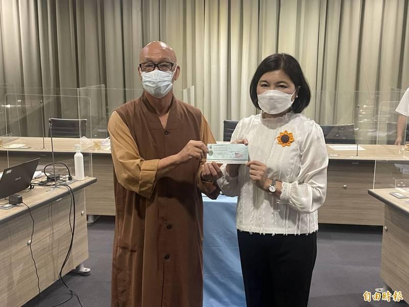 張麗善(右)感謝鎮國寺捐贈200萬,將做為家有國中生特殊境遇家庭紓困關懷金。(記者林國賢攝)