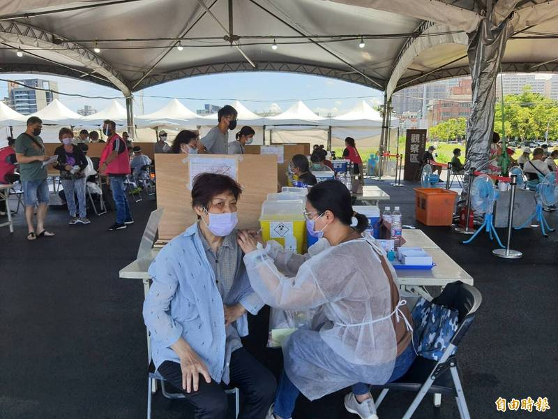 新竹市府明天起挑戰2萬人預約打疫苗,也推出疫苗專線專人代預約的服務。(資料照,記者洪美秀攝)