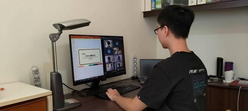 板橋高中首次與台灣大學電機開設線上暑期課程。(圖由板橋高中提供)