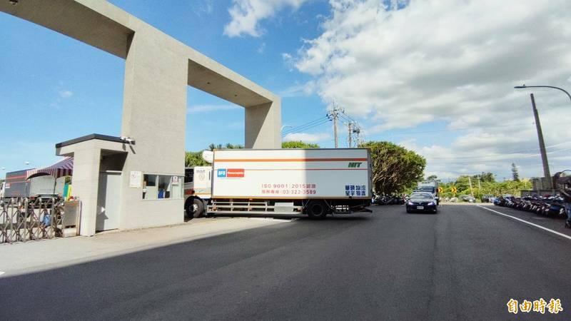 日本贈送的97萬劑疫苗,分由3輛物流車運送,在警車前後戒護下運抵冷鏈倉儲存放。(記者鄭淑婷攝)