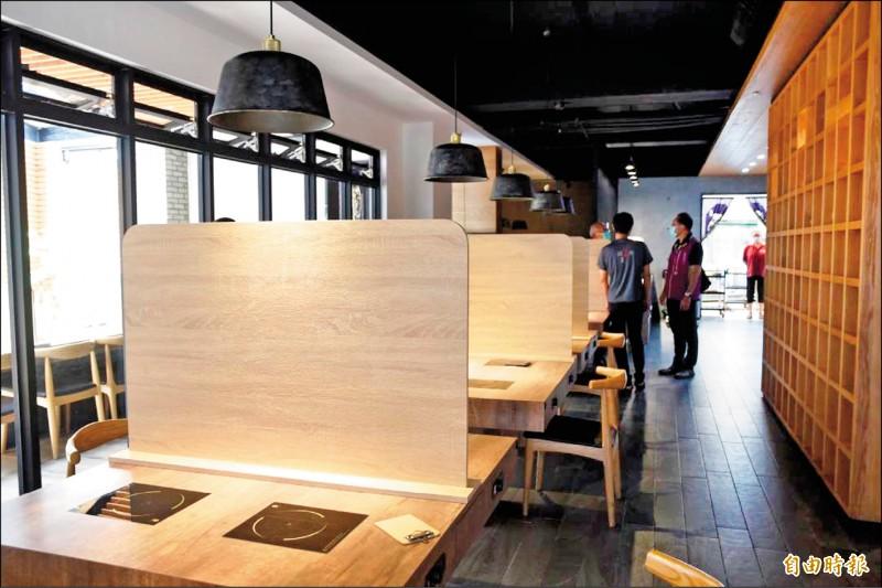 澎湖火鍋店架高隔板,通過複檢可以內用。(記者劉禹慶攝)