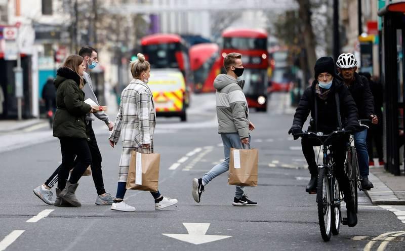 在武漢肺炎Delta變種病毒株迅速擴散下,多國疫情出現反彈,英國過去一天新增逾4.2萬例確診,比前一天的3.6萬多出近1萬例,創今年1月以來新高。(法新社)