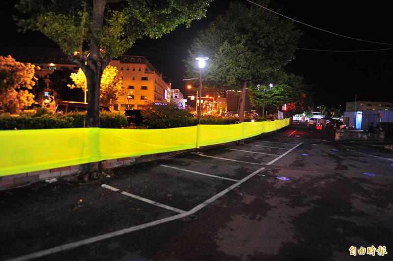 為了不讓消費者有縫隙可以逃過單一出入口實聯制,夜市管委會用黃布將周圍封起。(記者王捷攝)