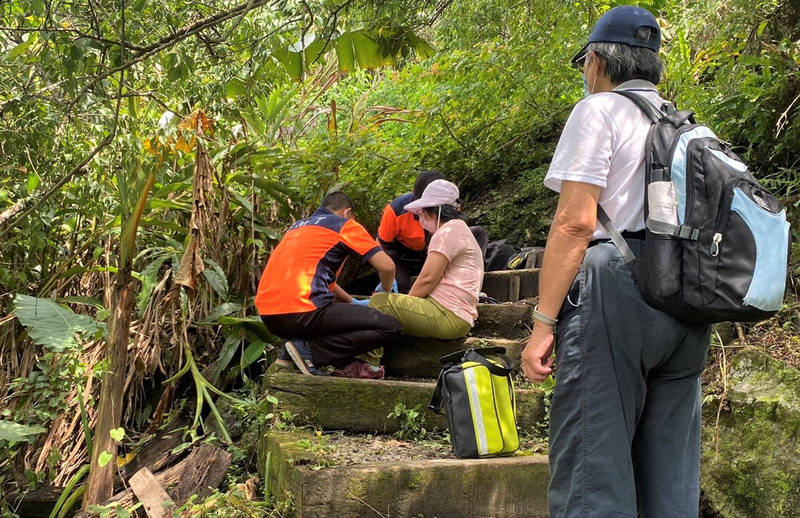 女山友在雞籠山頂下來時在木棧步道不慎跌倒,造成右小腿骨折。(讀者提供)