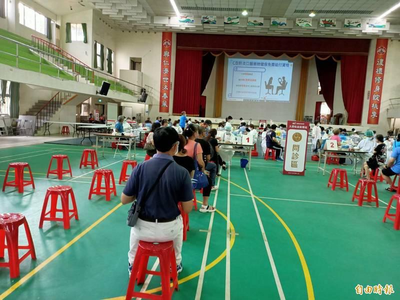 台南市今天上午開打AZ疫苗,東區復興國中設置大型接種站有逾千人預約,整體報到接種秩序良好。(記者王姝琇攝)