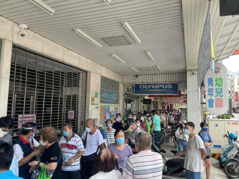 台南市中西區7月10日於協進國小增設接種站,吸引大批跨區前來施打疫苗的市民。(讀者提供)