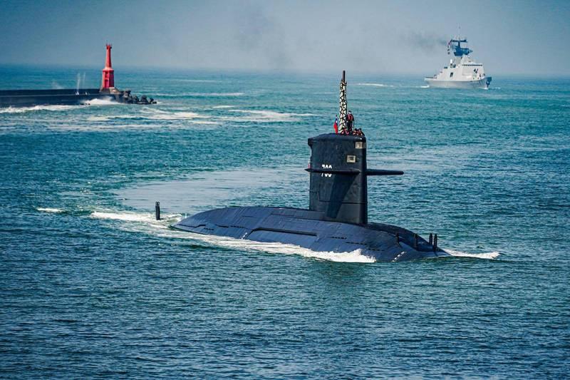 海龍號潛艦在1艘拉法葉軍艦的護衛下,升起潛望鏡並協助測繪組導航進港。(圖:取自中華民國海軍臉書專頁)