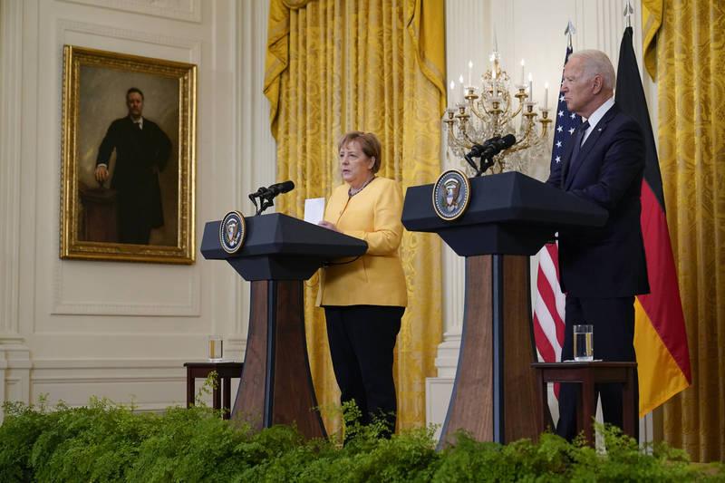美國總統拜登(右)15日在白宮接待德國總理梅克爾(左)時,直言香港情勢正在惡化。(美聯社)