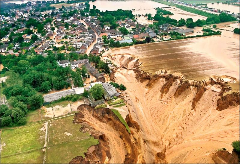 德國北萊茵─西發利亞邦的埃爾夫特施塔特鎮遭洪水侵襲,導致當地出現巨大天坑。(美聯社)