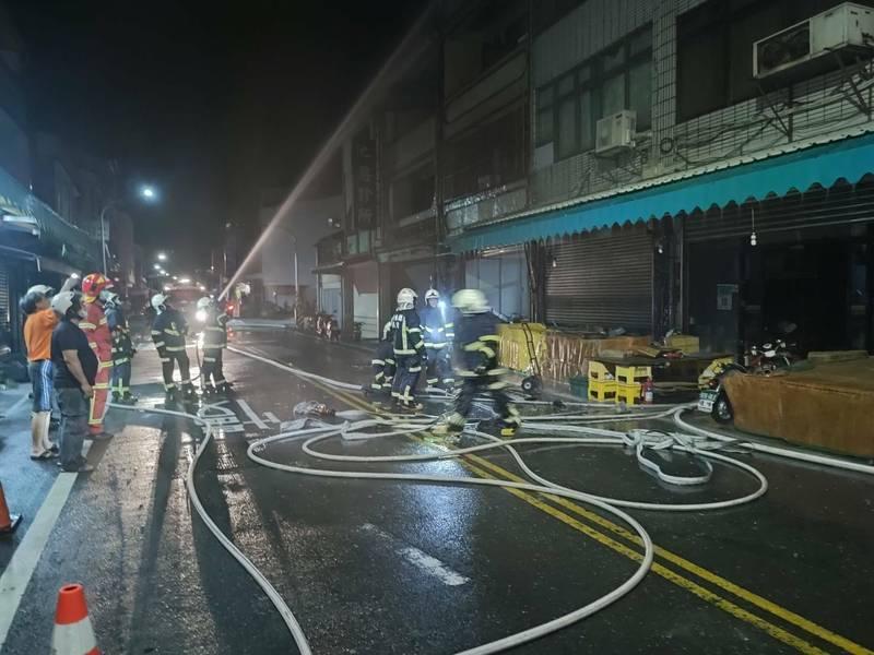 池上鄉新生路與中山東路口建築暗夜起火,台東消防局灌救。(台東消防局提供)