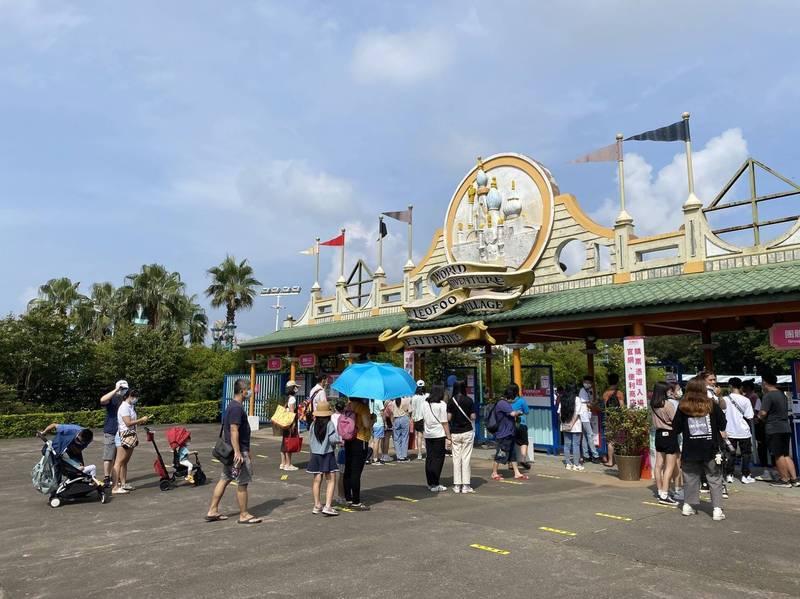 今天(17日)是遊樂園微解封的第一個假日,天氣晴朗,新竹縣六福村主題遊樂園區一早開門迎客,許多親子紛紛出遊;園方表示,預計今日入園人數有機會突破千人。(六福村提供)