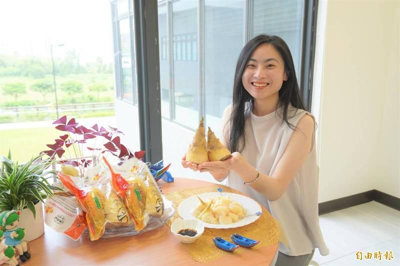 八里區農會推出綠竹筍隨開即食包。(記者周湘芸攝)