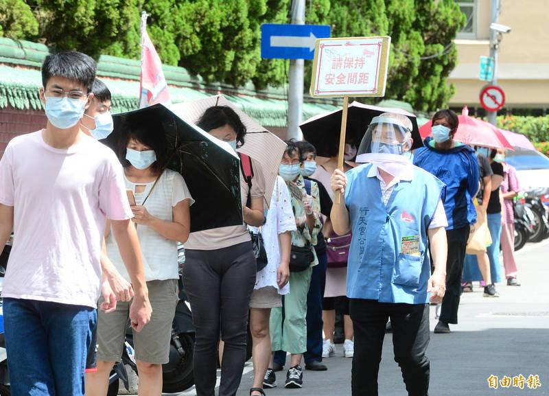 台北市行天宮於17日上午8點至下午5點正式開放。民政局表示,信徒可進到廟埕參拜,但不提供收驚、抽籤、擲筊等濟世服務,且同時段僅能99人入內參拜。(記者王藝菘攝)