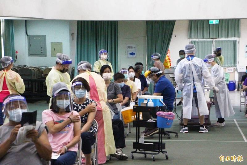 嘉義縣民到南新國小疫苗接種站接種疫苗。(記者林宜樟攝)