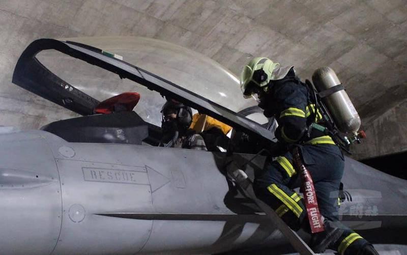 空軍花蓮基地日前進行夜間搶救演練,模擬F-16戰機在夜間與敵機發生衝突並接戰後,戰機機體與飛行員在可能有所損傷的狀況下迫降著陸,飛機冒出濃煙丶飛行員卡在座艙的危險情景,由位在花蓮的空軍第五聯隊緊急出動搶救,並由搶救手揹著SCBA自攜式空氣呼吸器冒險救出飛行員。(圖:取自軍聞社丶中華民國空軍臉書專頁)