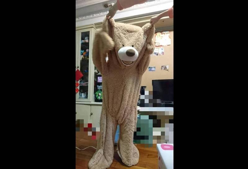 1名網友今日在社群平台上分享,將準備丟棄的大熊玩偶,改成「布偶裝」。(圖擷取自臉書社團「Costco好市多 商品經驗老實說」)