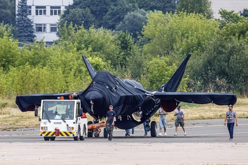 俄羅斯最新型戰機,將下週二的莫斯科國際航空航天展覽會現身,目前停在舒科夫斯基的一處機場內,用布蓋住。(美聯社)
