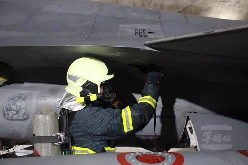 空軍搶救手要冒險搶救飛行員前,要複誦「輪檔已擋,插銷已插,手無插銷,飛行員關車,搶救手進入」操作指令。(圖:取自軍聞社丶中華民國空軍臉書專頁)