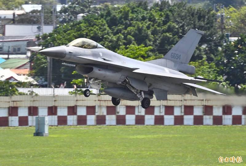空軍花蓮基地日前進行夜間搶救演練,模擬F-16戰機迫降丶救援飛行員等狀況演練。圖為花蓮第五聯隊F-16戰機進行飛行訓練。(資料照)
