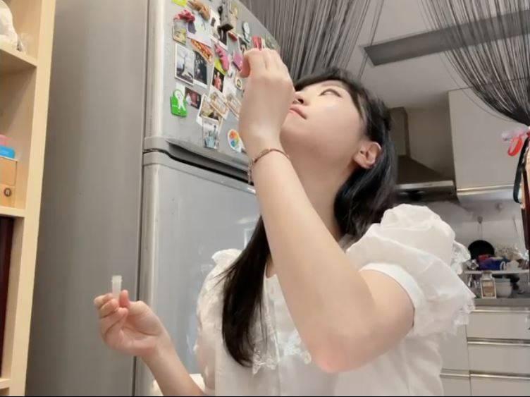 立委高嘉瑜今(17日)示範DIY快篩,在臉書貼出自己仰頭戳鼻孔畫面,讓網友狂看。(圖取自高嘉瑜臉書)