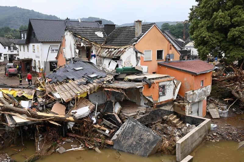德國、比利時洪災已累計至少160死,目前洪水慢慢退去,但當局憂心將會在被沖走的車輛中發現更多的遺體。(法新社)