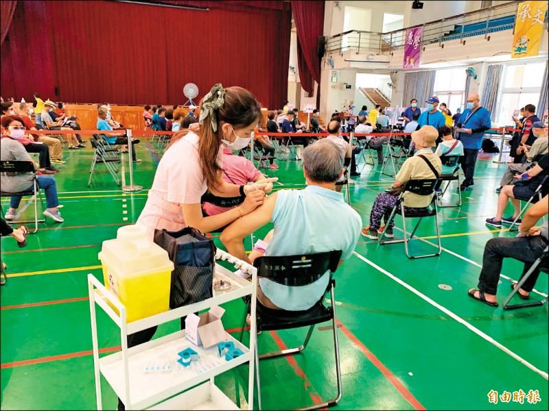 台中市將於二十、二十一日開設快打站支援中央公費疫苗預約平台。(記者蔡淑媛攝)