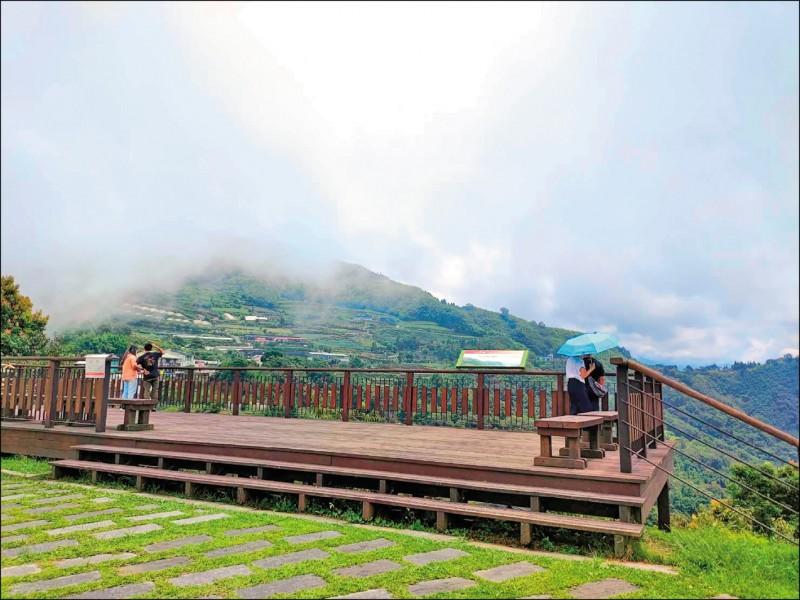 阿里山公路隙頂觀景台出現零星遊客,人數不多。(記者王善嬿攝)