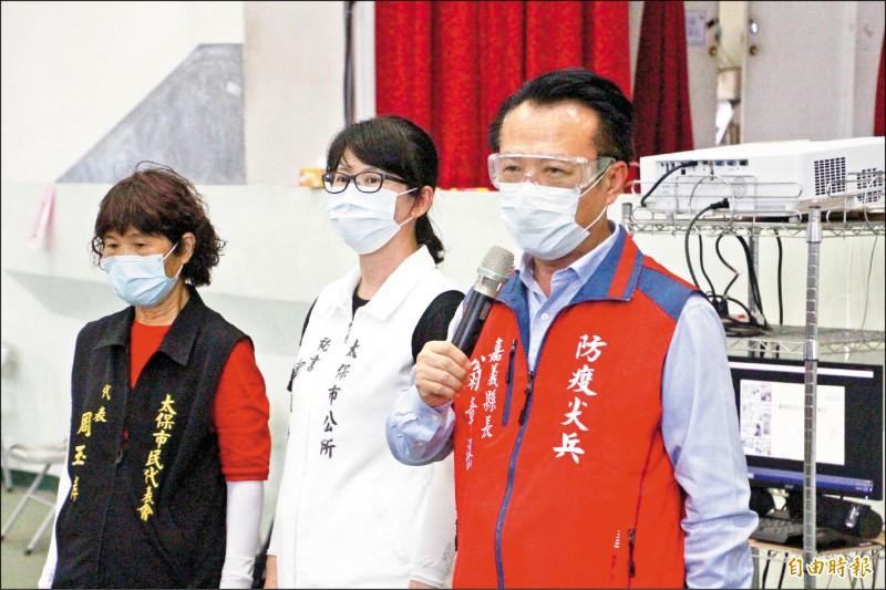 嘉義縣長翁章梁(右一)到南新國小關心民眾接種疫苗的情形。(記者林宜樟攝)
