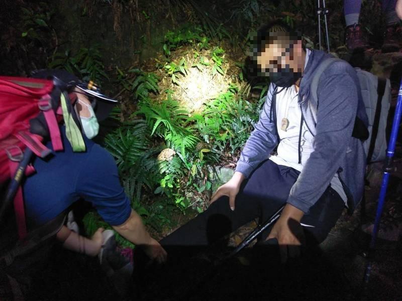 許姓男子與友人攀登東卯山結果腳抽筋,消防局獲報前往救援。(記者歐素美翻攝)