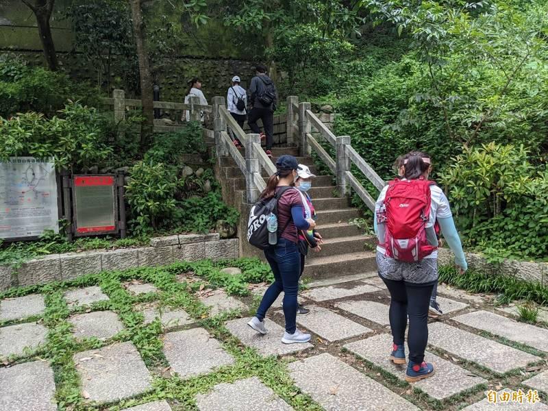 大坑四號步道18日也有許多民眾前往登山運動。(記者歐素美攝)