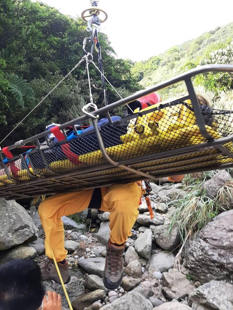 直升機將傷者吊掛救離山區,送往醫院救治。(記者吳昇儒翻攝)