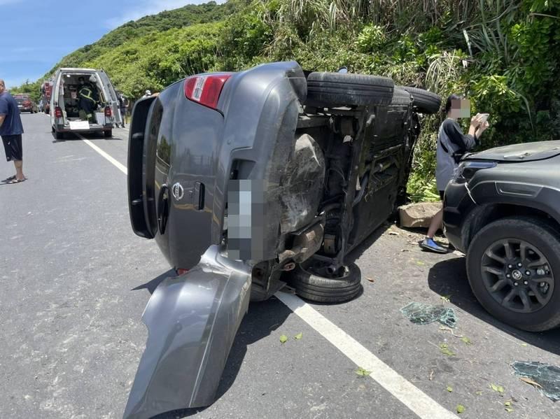 游男駕車撞到對向山壁後翻覆,路旁停放的轎車也受到波及。(記者吳昇儒翻攝)